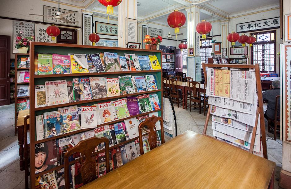 Зал библиотеки-читальни деревни Чекан. На переднем плане шкаф с журналами, на третьей полке — иллюстрированная периодика для молодёжи.
