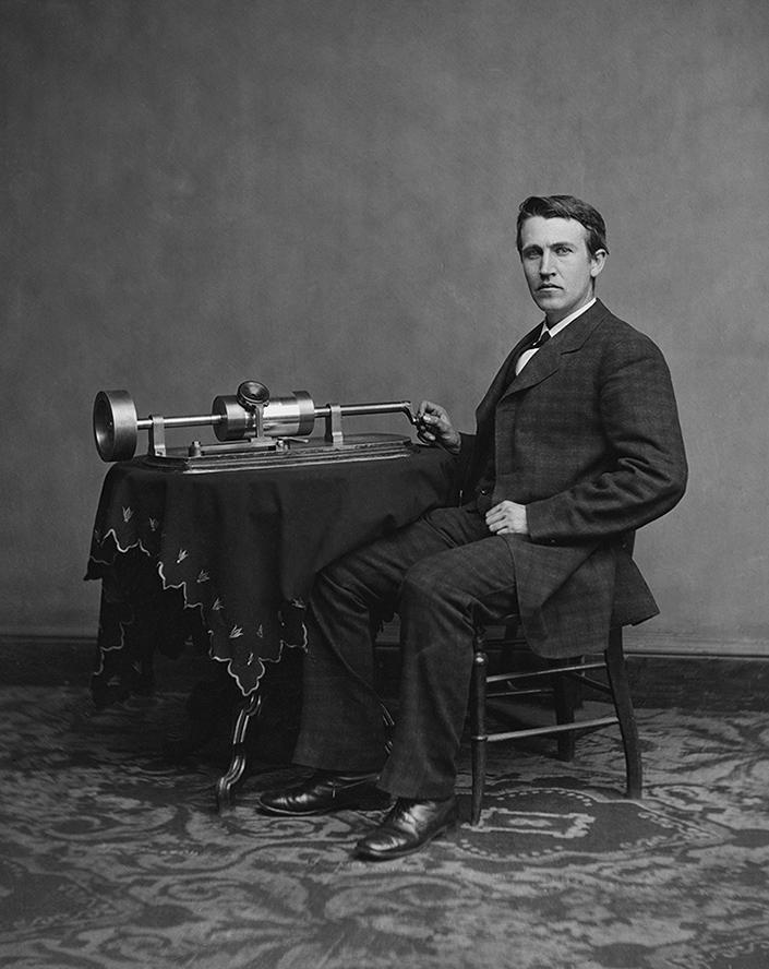 «Музыкальная шкатулка» (фонограф Эдисона) с восковыми валиками для аналоговой записи и воспроизведения информации