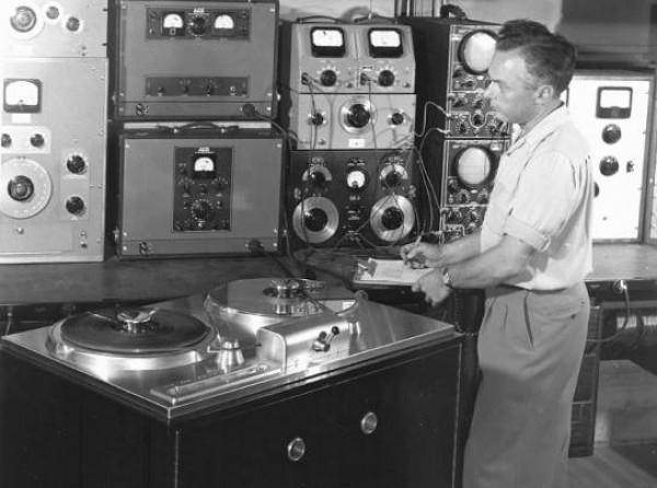 «Музыкальная шкатулка» (магнитофон) с аналоговой системой воспроизведения записанной на  магнитную ленту аналоговой информации