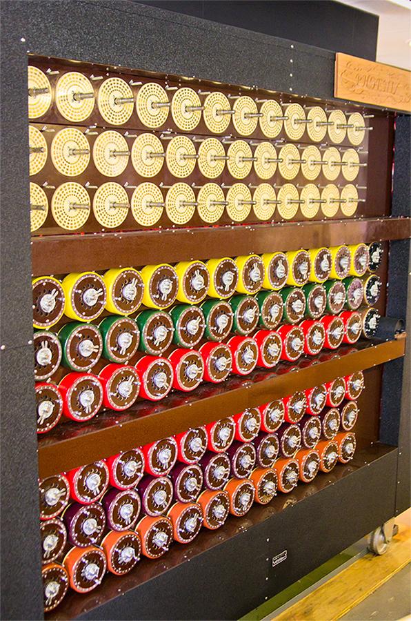 Рабочая отреставрированная машина Bombe в музее Блетчи-Парк. Данная машина эквивалентна 36 рабочим шифровальным машинам «Энигма».
