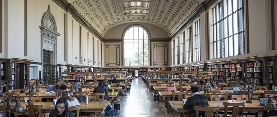 e29283f60 Студенты занимаются в главной библиотеке в Беркли. Интерьер с  многочисленными книжными полками резко контрастирует с этажами библиотеки  Моффитта, где книг ...